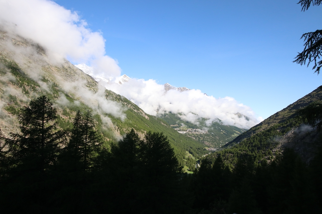 Die Viertausender der Mischabelgruppe hinter Wolken