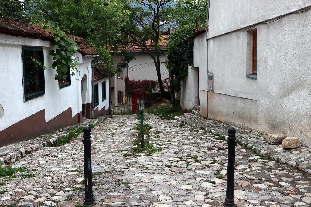 Bergabwärts zum historischen Rathaus in Sarajevo