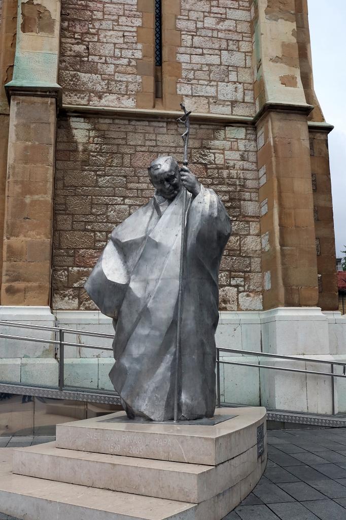 Papststatue an der Herz-Jesu-Kathedrale in Sarajevo