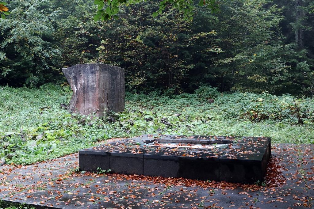 Altes Kriegsdenkmal im Sutjeska-Nationalpark