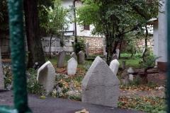 Kleiner Friedhof vor einem Haus in Sarajevo
