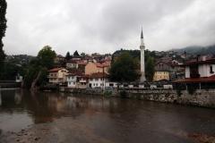 Blick von der Šeherćehaja Brücke auf die andere Seite Sarajevos