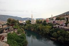 Blick von der Stari most auf die Neretva und die Karađozbeg-Moschee