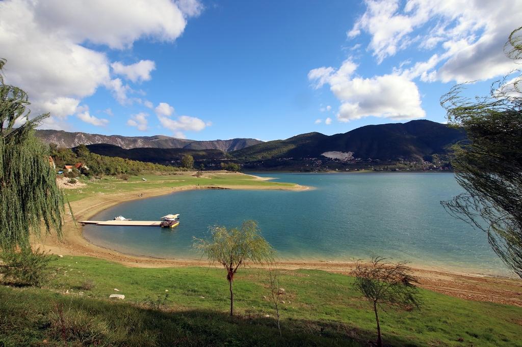 Ausblick auf den Ramsko jezero vom Klostergarten auf der Halbinsel Šćit