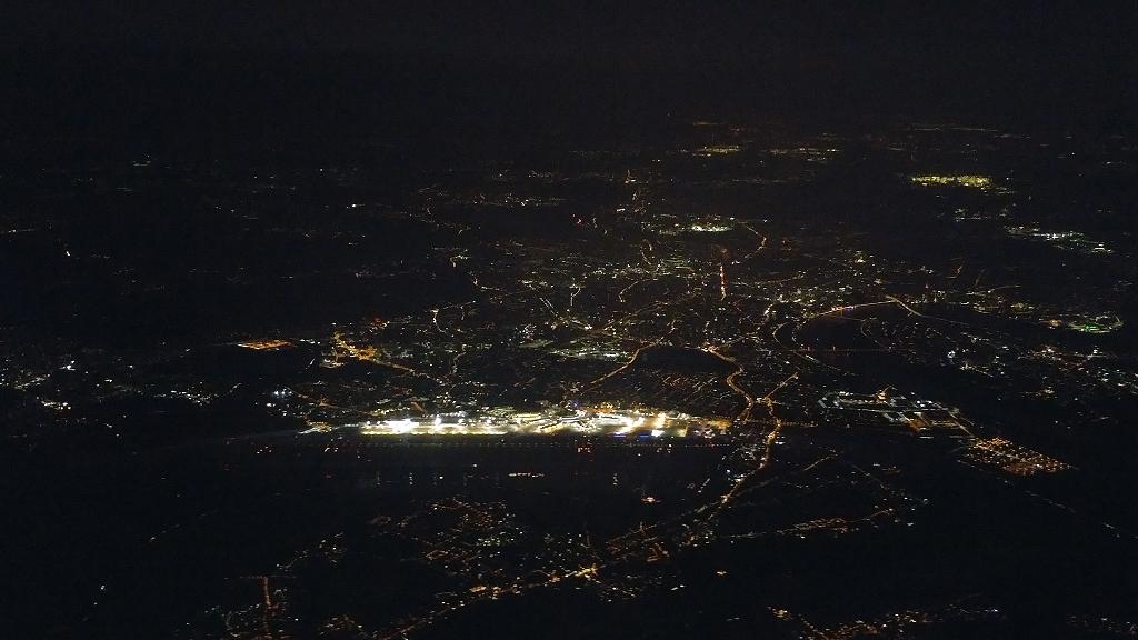 Düsseldorfer Flughafen bei Nacht