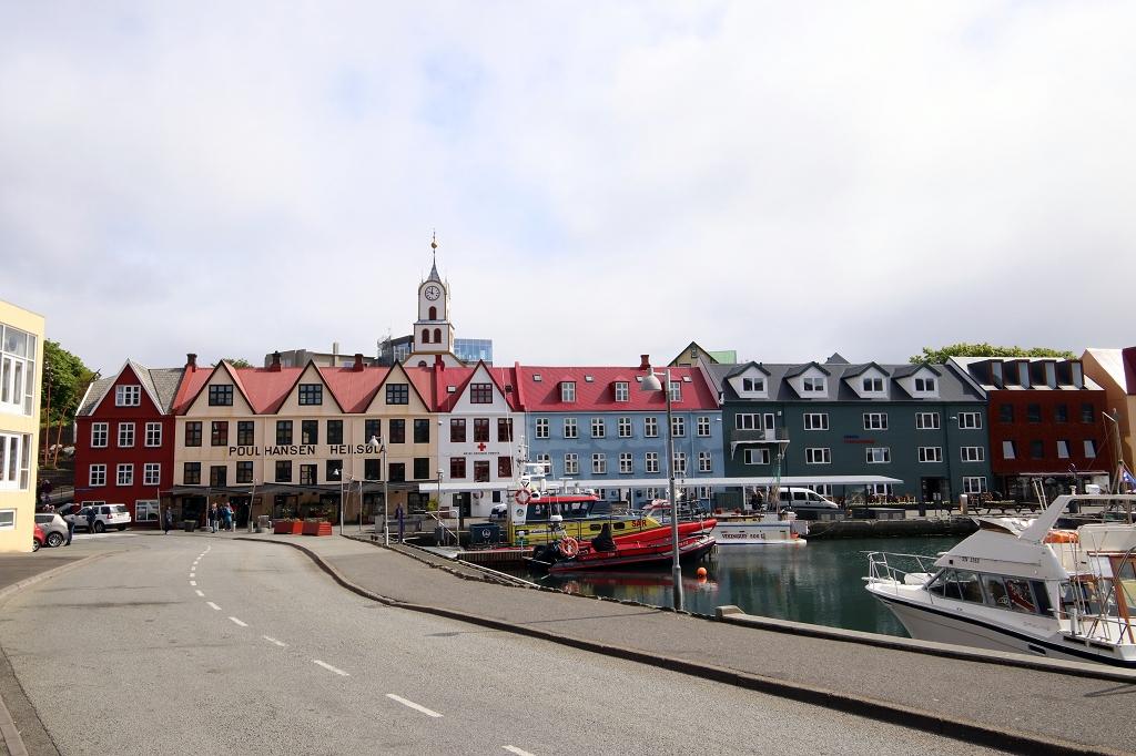 Bunte Häuserfront am Hafen in Tórshavn
