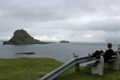 Fjord Sørvágsfjørður und der Tindhólmur