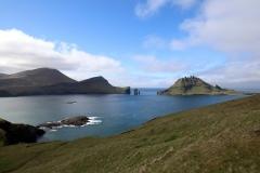 Sørvágsfjørður und Tindhólmur