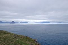 Blick vom Kliff Trælanípa auf die Inseln Streymoy, Hestur, Koltur, Sandoy, Skuvoy und Suduroy