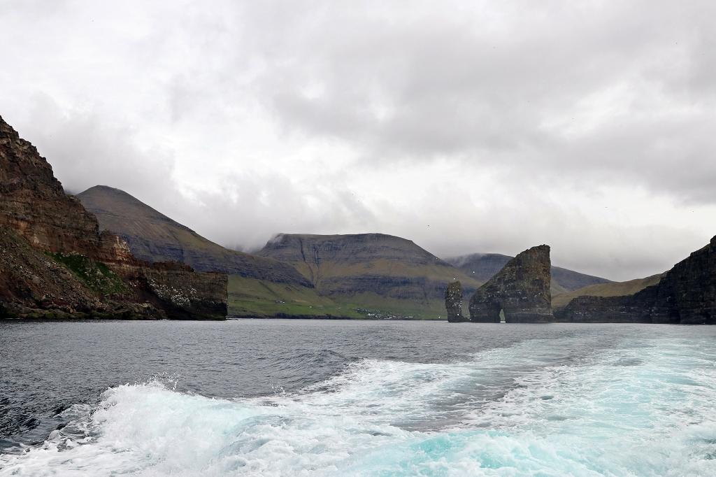 Fahrt nach Mykines zwischen Tindhólmur und Drangarnir