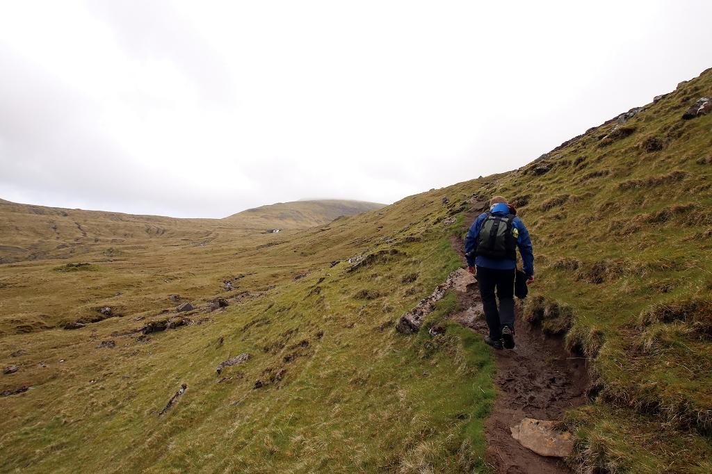 Durch Gras und Schlamm von Saksun nach Tjørnuvík