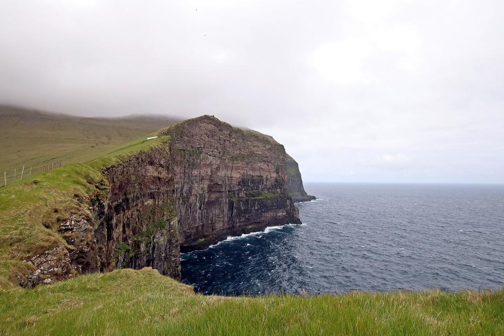 Grasweg zum Sattel zwischen Fjallið und Nøvin