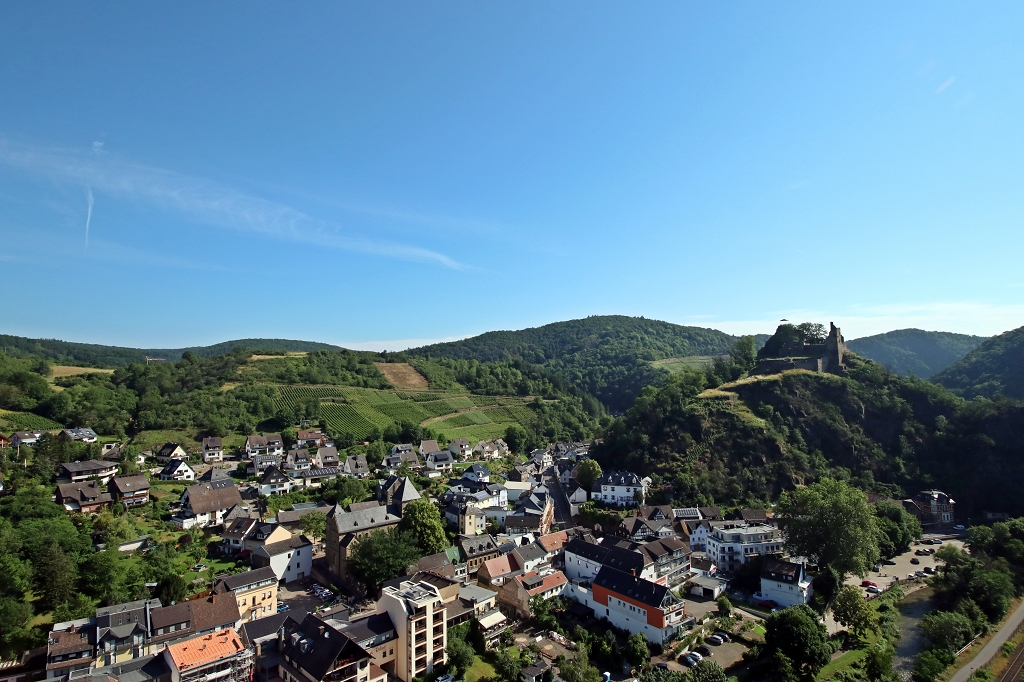 Aufstieg zum Teufelsloch in Altenahr - Aussicht vom Schwarzen Kreuz auf Altenahr und Burg Are