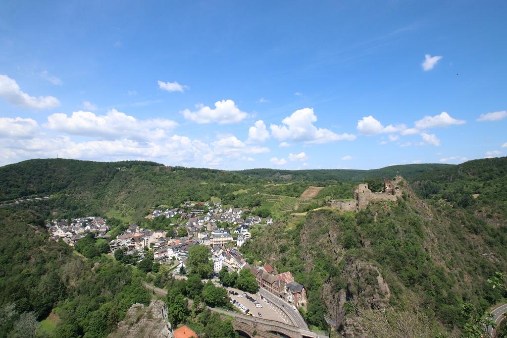 Gratwanderung über die Engelsley in Altenahr - Blick auf Altenahr und die Burgruine Are