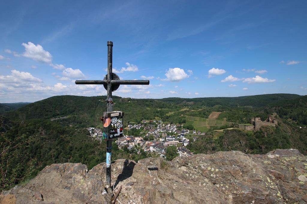 Gratwanderung über die Engelsley in Altenahr - Gipfel Engelsley mit Gipfelkreuz