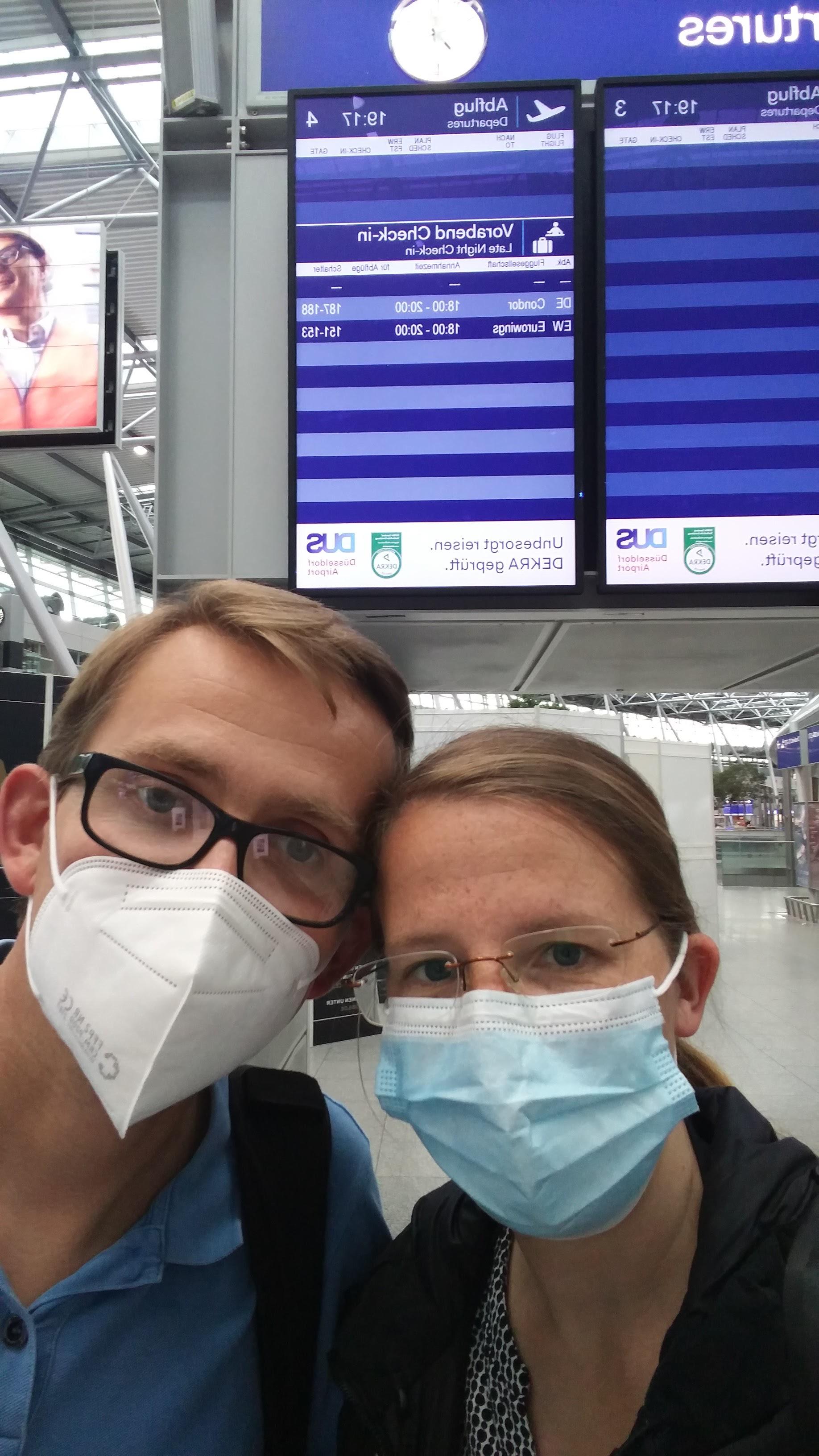 Mit Maske am Flughafen Düsseldorf im Juli 2021