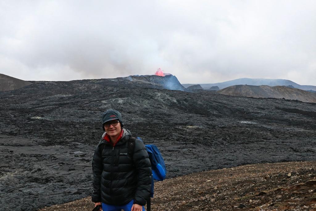 Blick vom Hang des Stóri-Hrútur auf den Vulkankrater am Fagradalsfjall