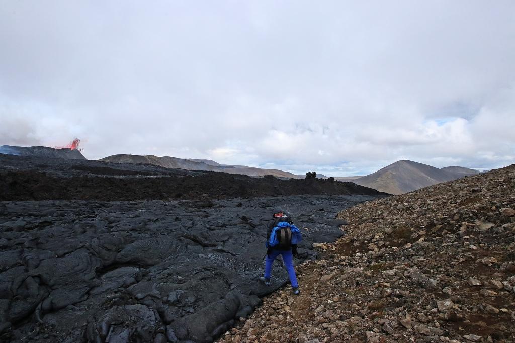 Am Rand ist der alte Lavastrom bereits erkaltet aber sehr brüchig