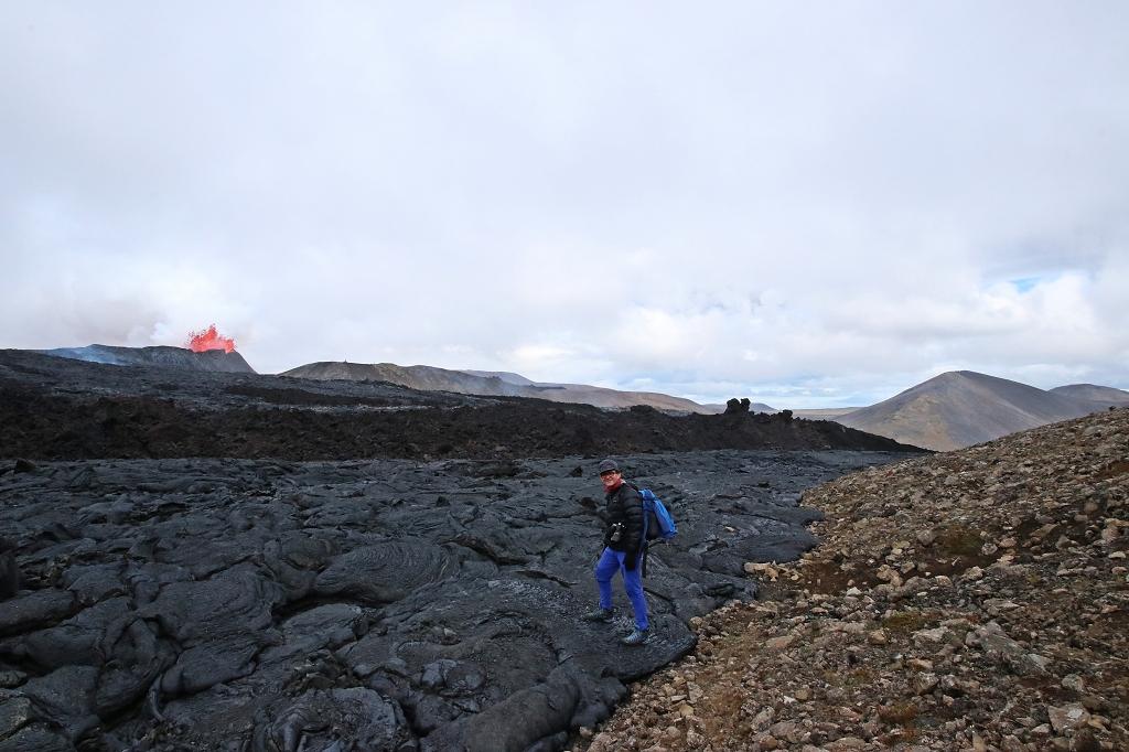 Alter Lavastrom und Blick auf die Eruption am Fagradalsfjall
