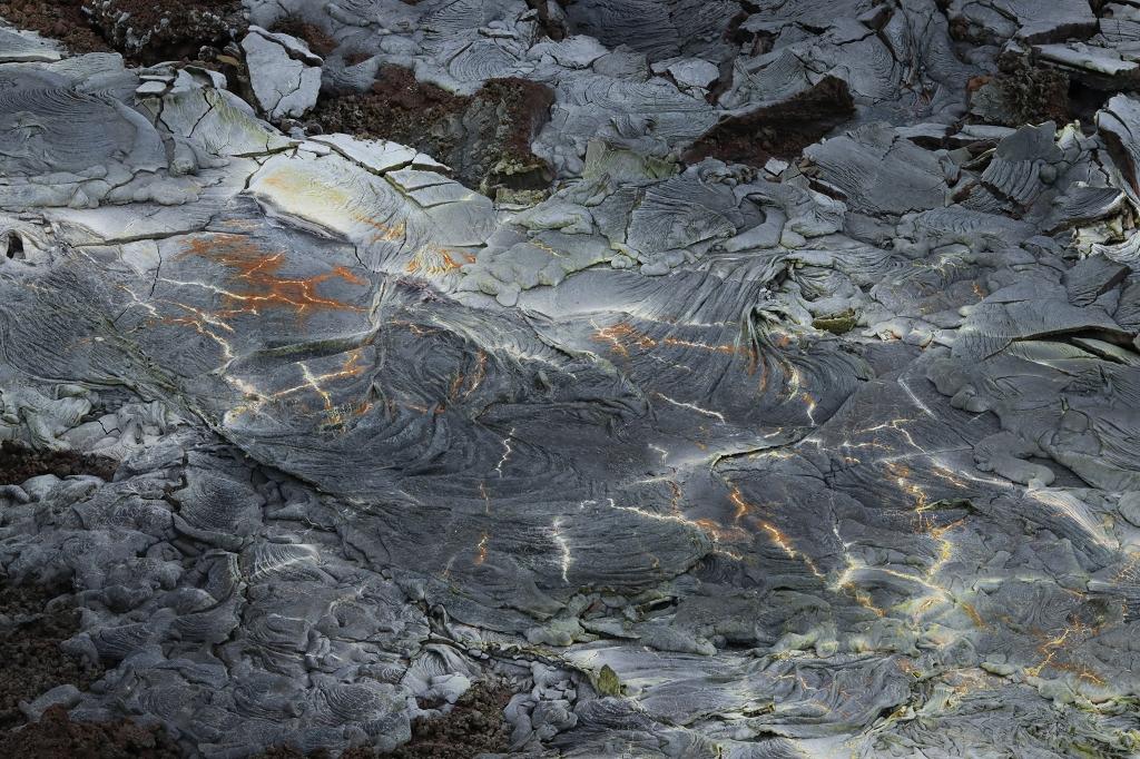 Schwefelablagerungen auf dem alten Lavastrom