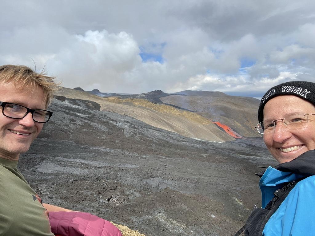 Die Travelholics genießen den Blick auf den Lavastrom am Fagradalsfjall