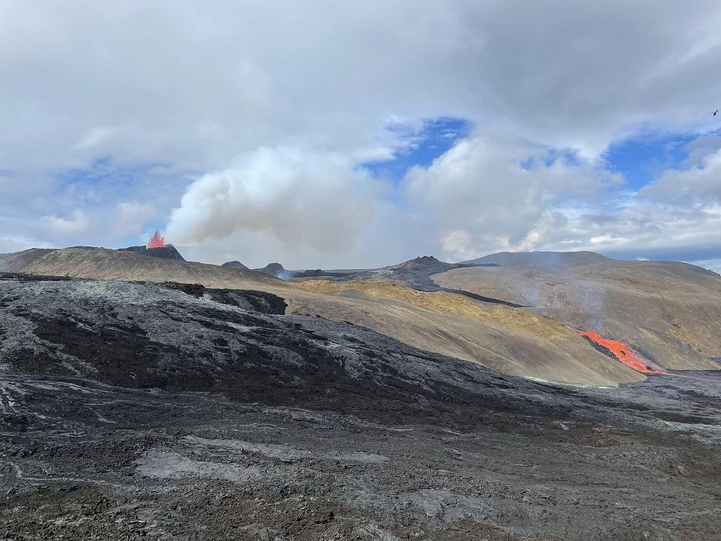 Ausbruch des Vulkankraters am Fagradalsfjall und Lavafluss ins Meradalir