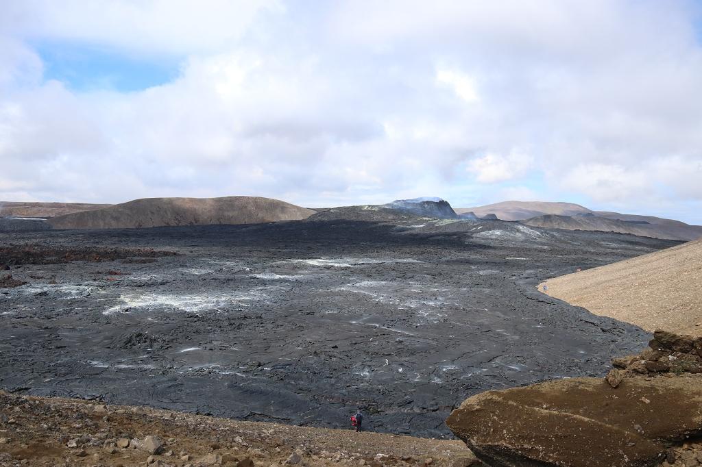 Aufstieg vom Stóri-Hrútur zum Langihryggur mit Blick auf den Vulkankrater