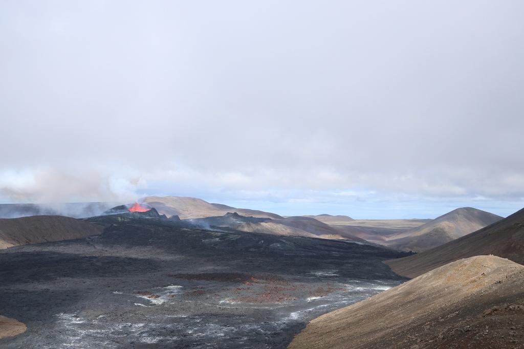 Aufstieg vom Stóri-Hrútur zum Langihryggur mit Blick auf den Vulkankrater am Fagradalsfjall