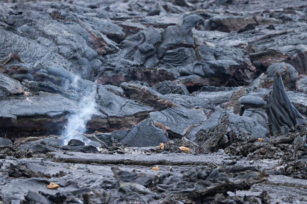 Es ist noch heiß unter dem Lavafluss im Nátthagi Tal am Fagradalsfjall