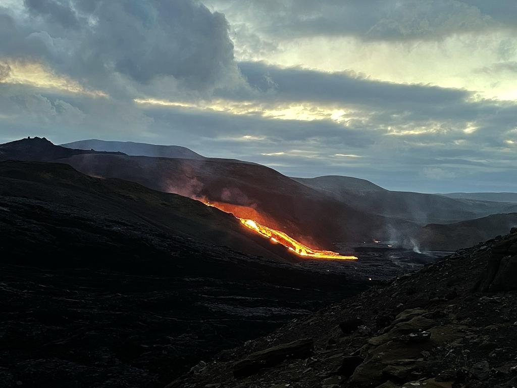 Lavastrom im Meradalir-Tal bei Mitternachtssonne