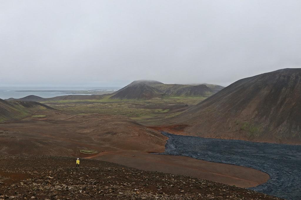 Aufstieg zum Langihryggur und Blick auf das Nátthagi Tal am Fagradalsfjall