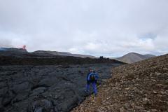 Am Rand ist der Lavastrom bereits erkaltet aber sehr brüchig