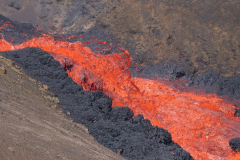 Reißender Lavafluss vom Fagradalsfjall ins Meradalir