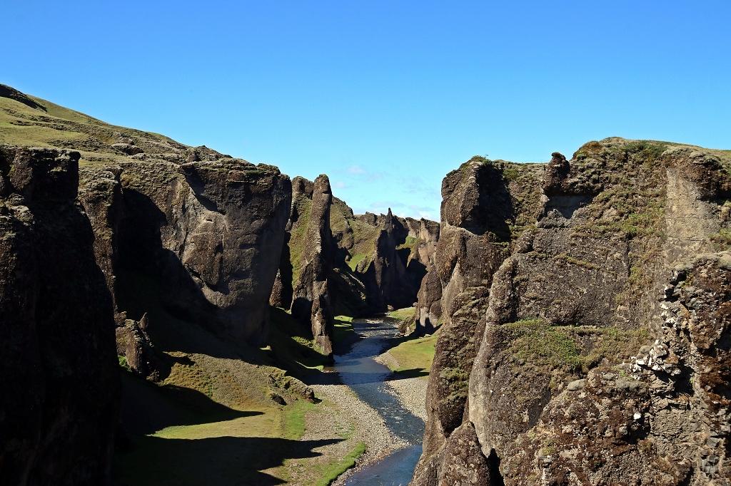 In der Schlucht Fjaðrárgljúfur auf Island