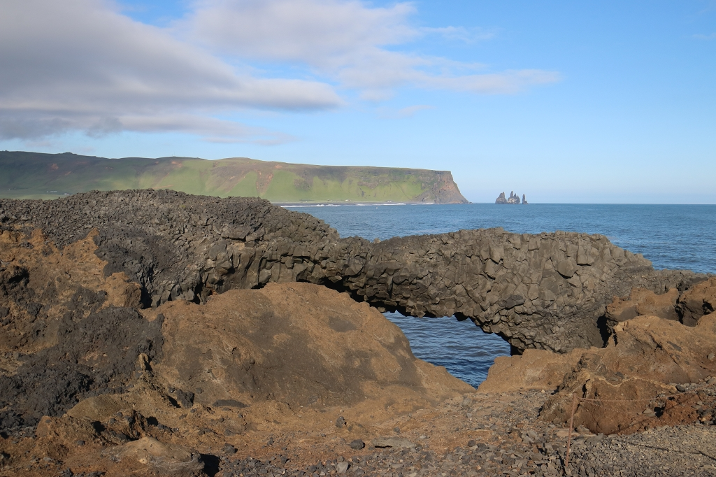 Aussichtspunkt am Kap Dyrhólaey mit Blick auf die Felsnadeln Reynisdrangar