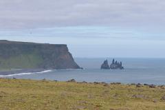 Die schwarzen Felsnadeln Reynisdrangar vor Vík