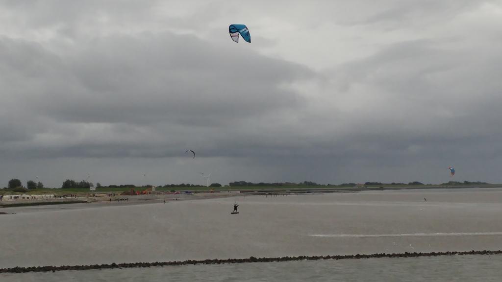 Kitesurfer in Norddeich-Mole