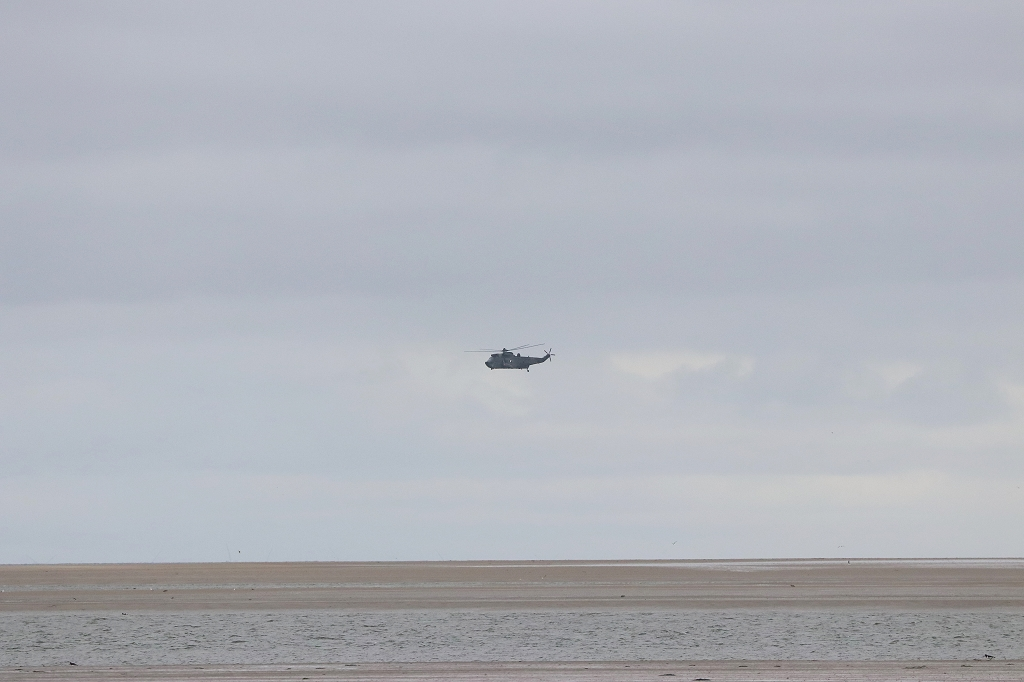 Helikopter im Überflug über das Wattenmeer