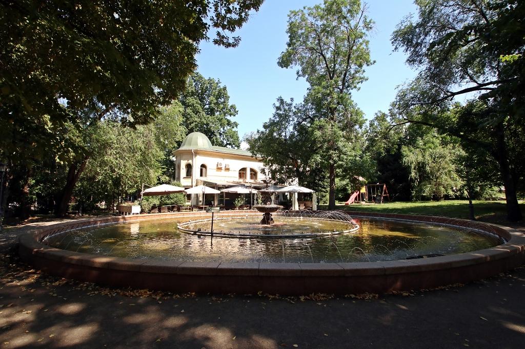 Park am Abai-Opernhaus in Almaty