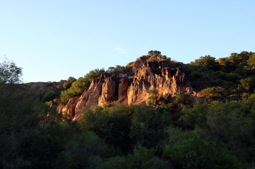 Rote Felsen im letzten Licht der Sonne in der Nähe des Hostels