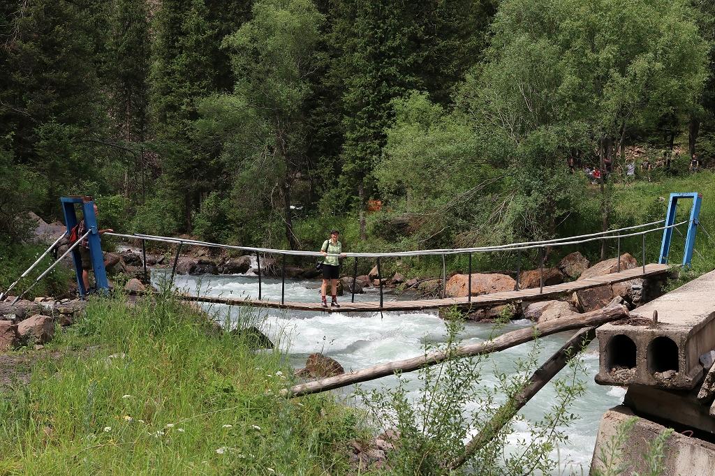Überquerung der Hängebrücke über den Fluss Turgen