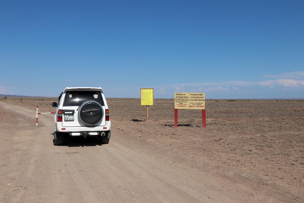 Schranke zum Eintritt in den Altyn-Emel-Nationalpark