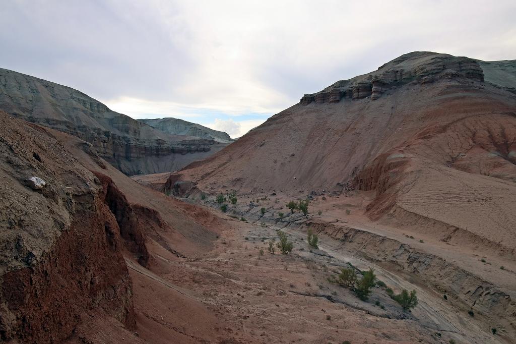 Abstieg vom Aussichtshügel im Altyn-Emel-Nationalpark