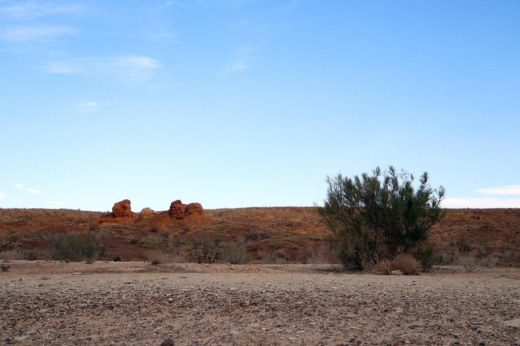 Im Licht der untergehenden Sonne erstrahlen die Felsen in den unterschiedlichsten Farben