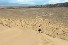 Durch den heißen Sand der Singing Dune zurück zum Parkplatz