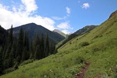 Blick auf die Berge am Kolsaisee