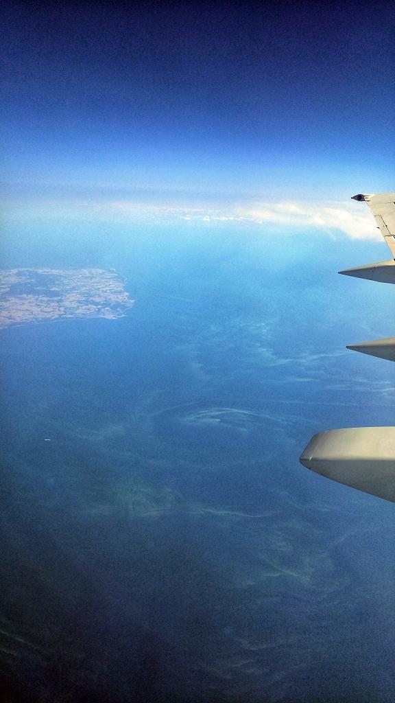 Blaualgenteppich über der Ostsee aus dem Flugzeug auf einer Höhe von 40.000 Fuß