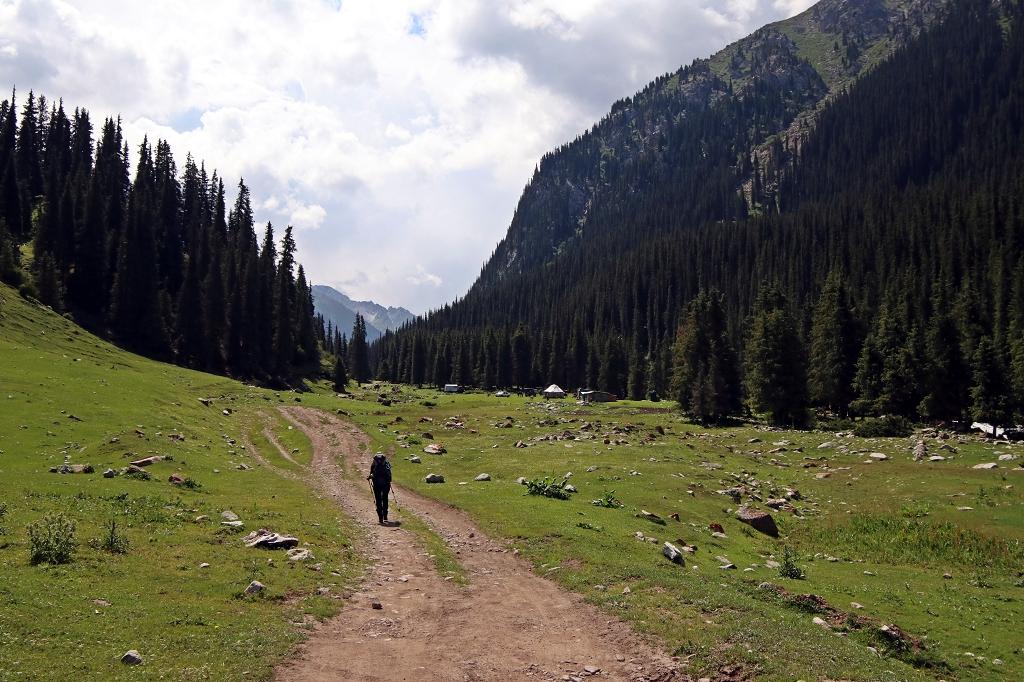 Wanderung durch das weite Tal zum Teleti-Pass in Kirgistan