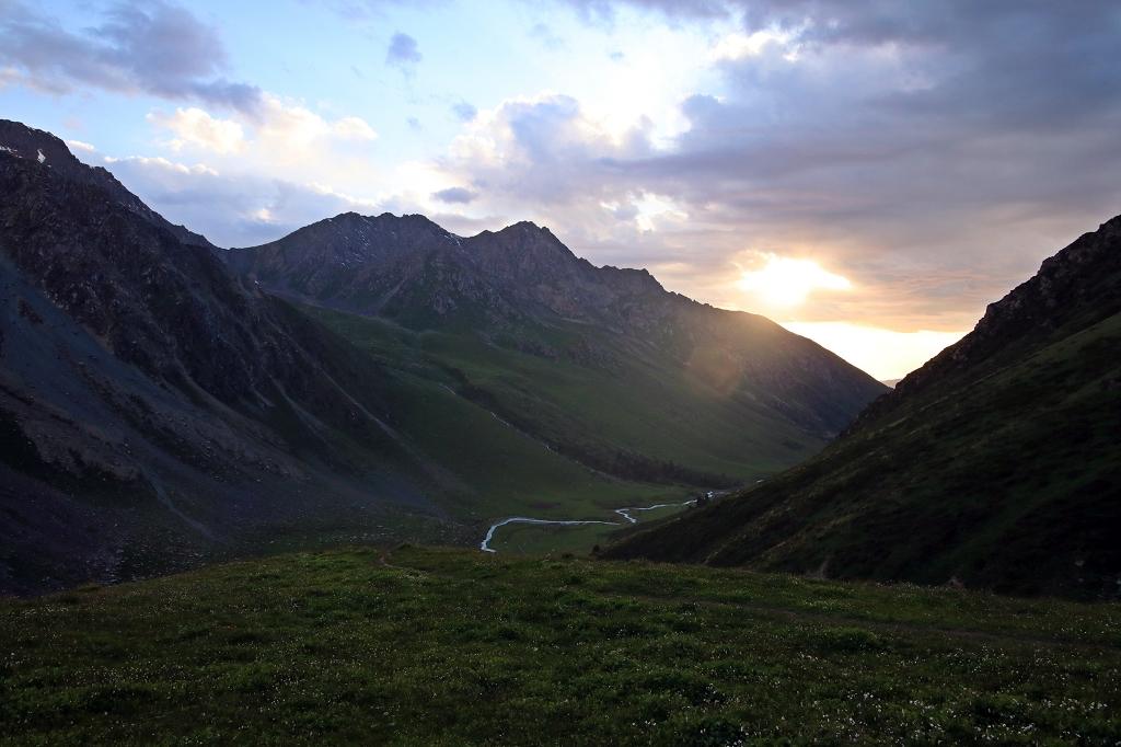 Die Sonne versinkt hinter den Bergen