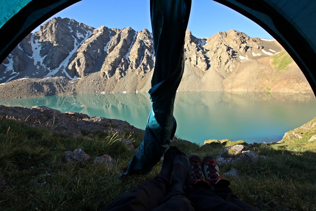 Morgendlicher Blick aus dem Zelt auf den Ala-Kol